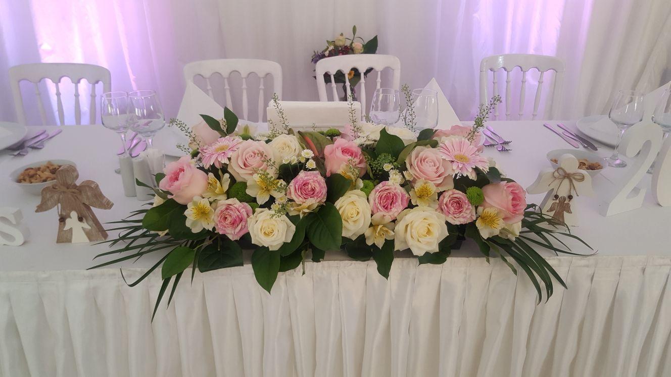 Aranjament masa prezidiu trandafiri albi roz